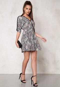 DAGMAR Lilly Dress 821 Gobelin Dark Pri Bubbleroom.se
