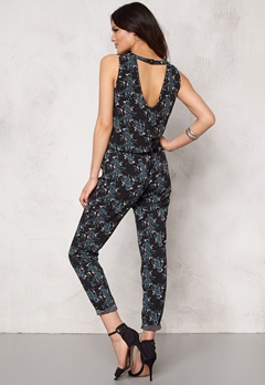 Jacqueline de Yong Beat It Jumpsuit Black Flower Bubbleroom.se
