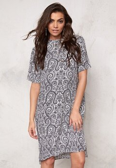 SOAKED IN LUXURY Paisley Dress Black&White Paisley Bubbleroom.se