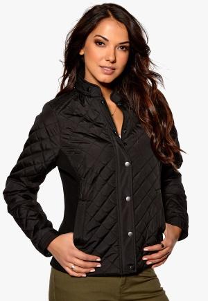 En kort moderiktig Kviltad jacka med ståkrage, dragkedja, tryckknappslå och fickor med dragkedja.
