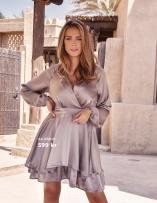 Superfin volangklänning från AX PARIS. Klänningen har en fin omlottringning samt en markerad midja, passar lika bra till vardags som till fest.