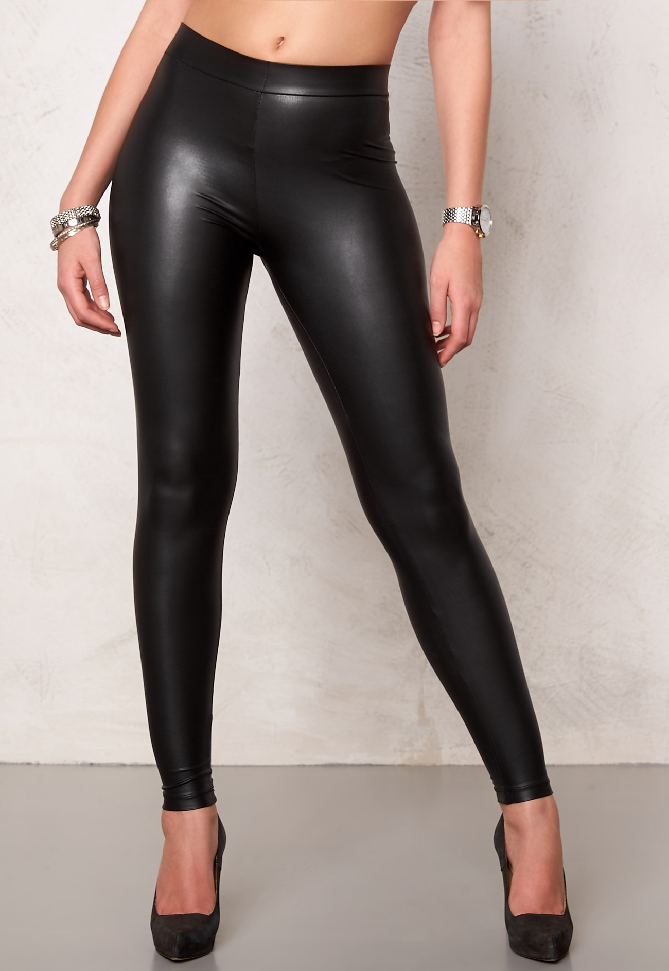 Cute & comfortable, Express women's leggings are perfect for a day in or a night out. Shop high waisted, lace and black leggings for women at Express!