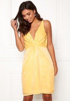 BUBBLEROOM Marianna front twist dress Light yellow Bubbleroom.se