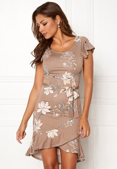 Chiara Forthi Abriana Flounce Dress Light nougat / Patterned Bubbleroom.se