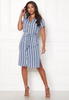 blå och vit randig klänning