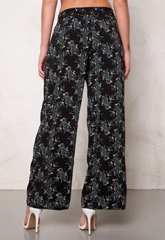 Jacqueline de Yong Beat It Loose Pant Black/Flower Bubbleroom.no