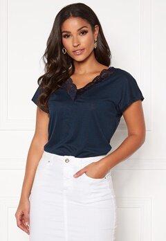 Jacqueline de Yong Maxi Treats S/S V-Neck Lace Top Navy Blazer Bubbleroom.se