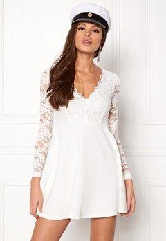 vita tajta klänningar