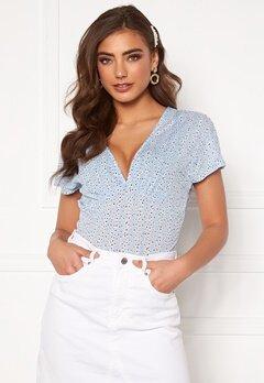 ONLY Pella S/S AOP Top Cashmere Blue Bubbleroom.se