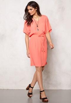 SOAKED IN LUXURY Allie Dress Shell Pink Bubbleroom.se