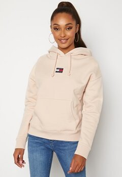 TOMMY JEANS Center Badge Hoodie ABI Smooth Stone Bubbleroom.se
