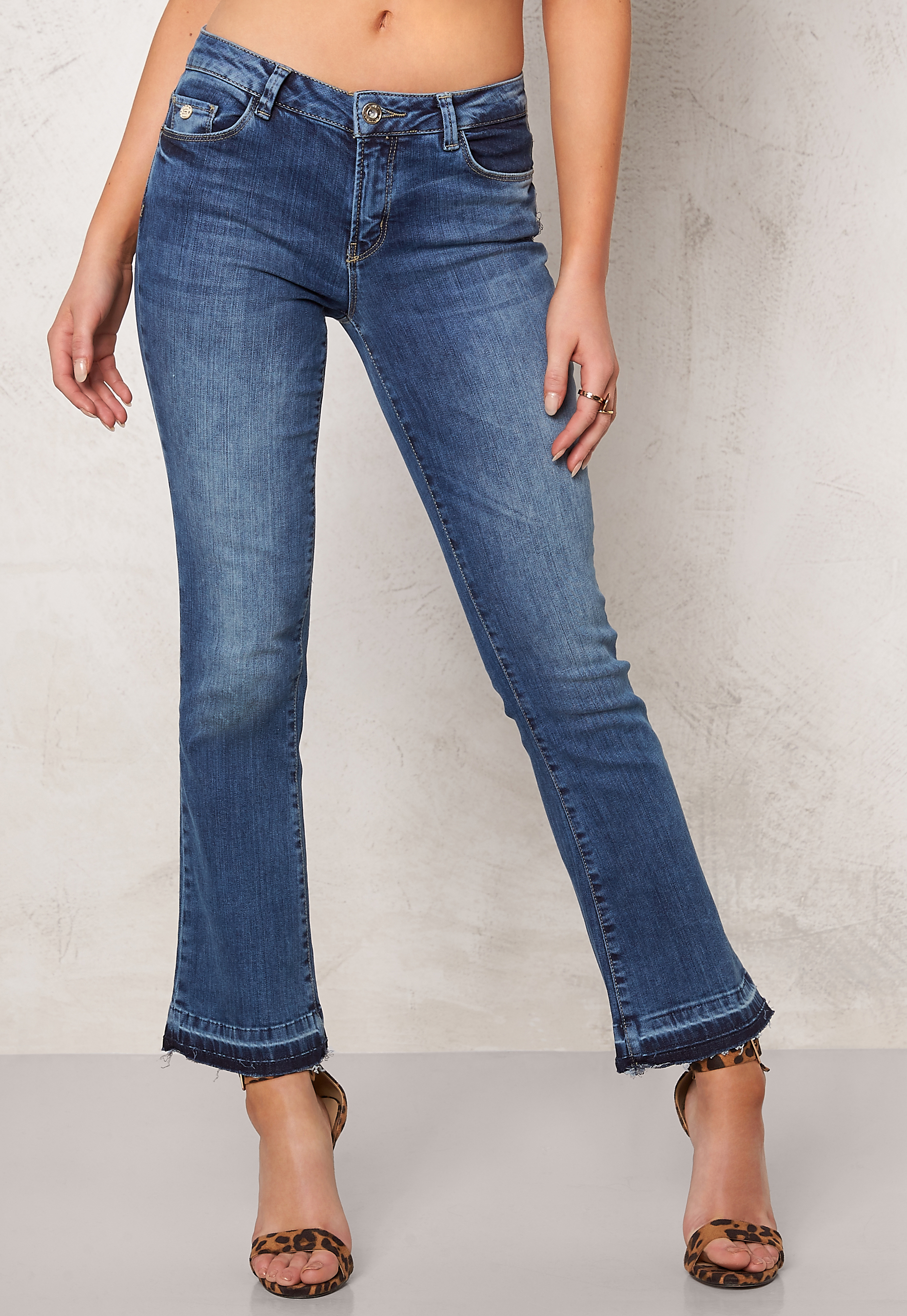 only nadia cropped flare jeans medium blue denim bubbleroom. Black Bedroom Furniture Sets. Home Design Ideas